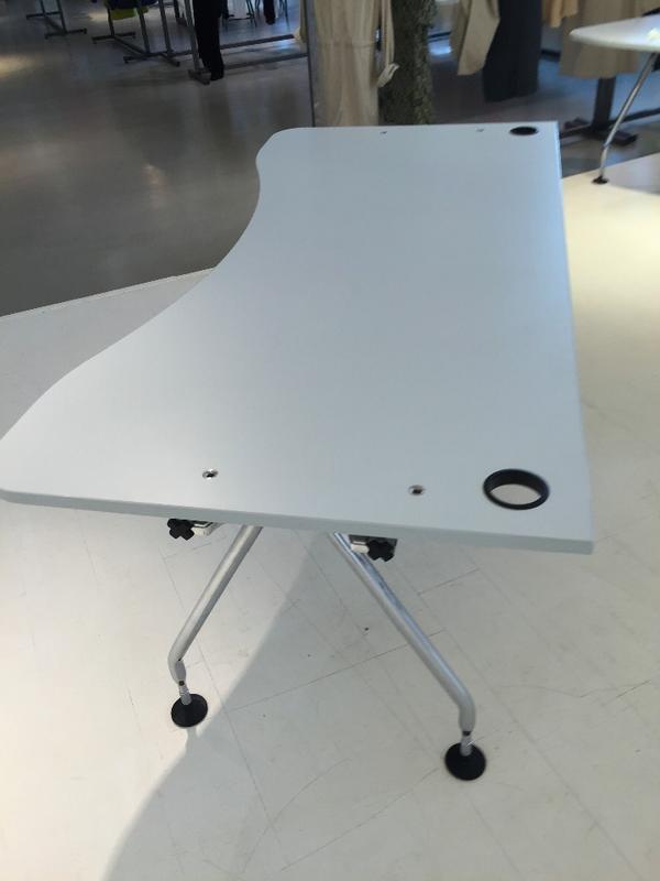 2 schreibtische weiss holzplatte sehr stabil 200 cm lang an der breitesten stelle 95 cm. Black Bedroom Furniture Sets. Home Design Ideas
