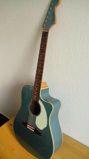 Blau-türkisene Akustikgitarre