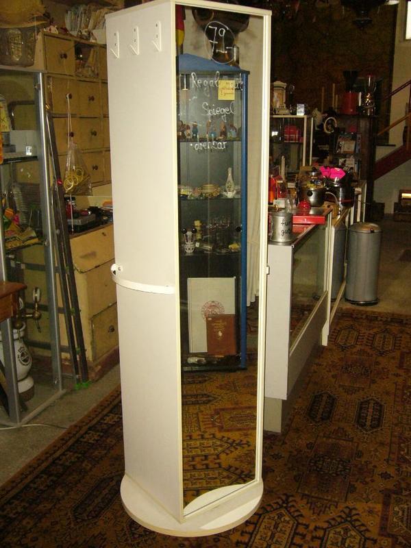 Drehbarer Schrank mit Regalen und großem Spiegel in Heppenheim