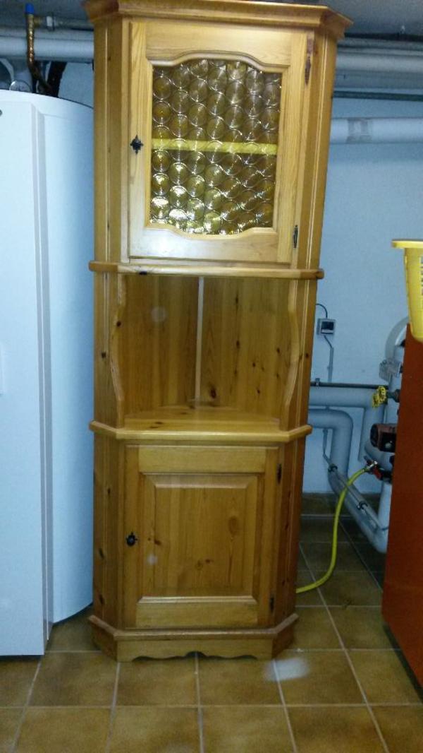 verkaufe einen eckschrank aus massivem kiefernholz mit 2 t ren obere mit glaseinsatz. Black Bedroom Furniture Sets. Home Design Ideas