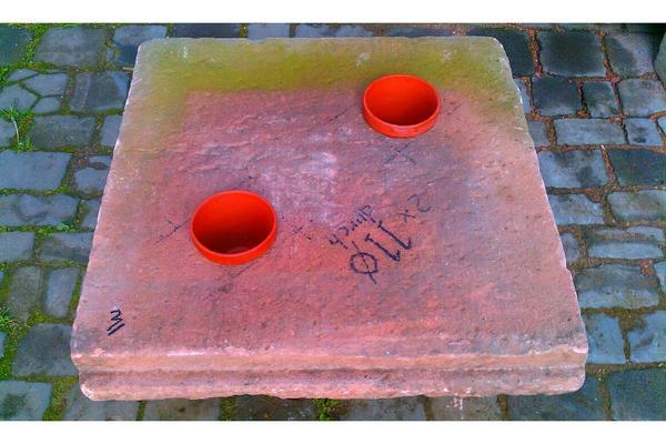 einmalige alte sandstein tisch platte mit pflanzen kerzen. Black Bedroom Furniture Sets. Home Design Ideas