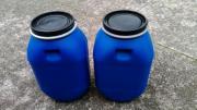 Fässer in Blau