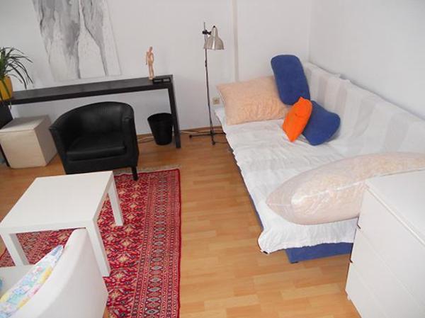 frischrenovierte m blierte wohnung mit balkon nur f r 2. Black Bedroom Furniture Sets. Home Design Ideas