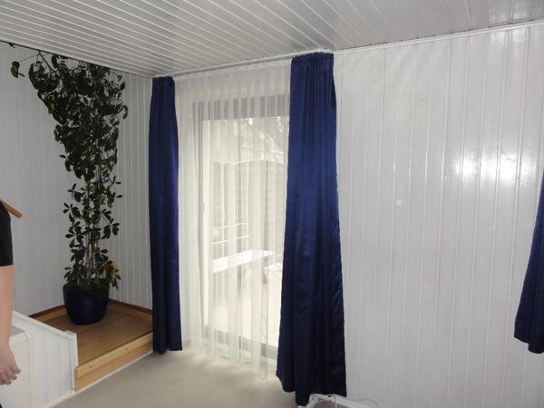 gardinen dunkelblau und store wei f r eine t r und ein fenster in m nchen gardinen jalousien. Black Bedroom Furniture Sets. Home Design Ideas