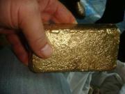Goldstaub und Goldbarren
