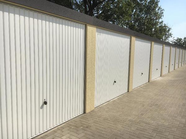 gro e beleuchtete garagen in neugebautem garagenpark zu. Black Bedroom Furniture Sets. Home Design Ideas