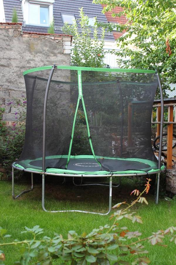 gro es trampolin f r den garten sehr guter zustand in dossenheim sonstiges kinderspielzeug. Black Bedroom Furniture Sets. Home Design Ideas