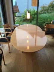 Hochwertiger ovaler Buchenholztisch (