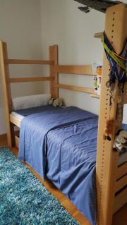 Hochwertiges Holzbett mit