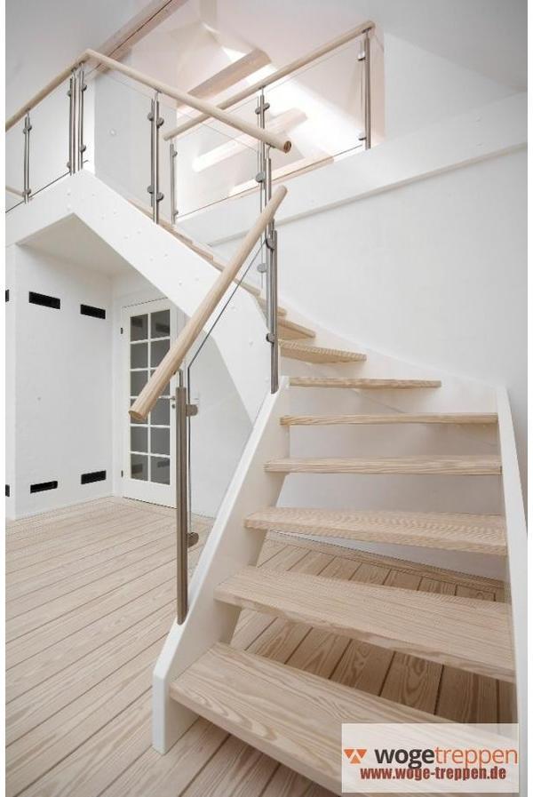 holztreppe mit wei en wangen und glasgel nder woge treppen. Black Bedroom Furniture Sets. Home Design Ideas