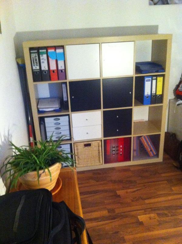 gut erhaltenes ikea regal wird mit 2 wei en t ren und 2 wei en schubladen und ebenfalls in. Black Bedroom Furniture Sets. Home Design Ideas