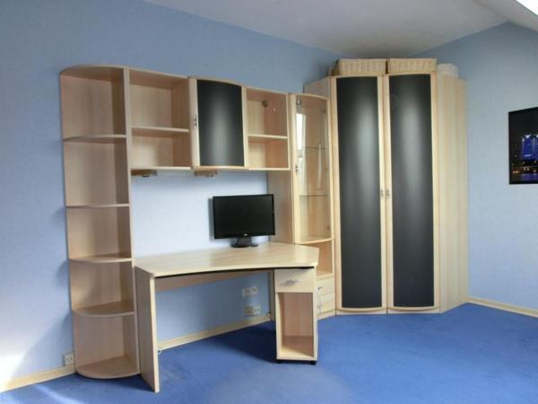 mit einem offenen fach und zwei schubl den schreibtisch mit. Black Bedroom Furniture Sets. Home Design Ideas
