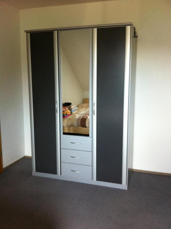 dreit riger kleiderschrank mit schubladen farbe grau alu abmessungen breite 1 36 m h he 1. Black Bedroom Furniture Sets. Home Design Ideas
