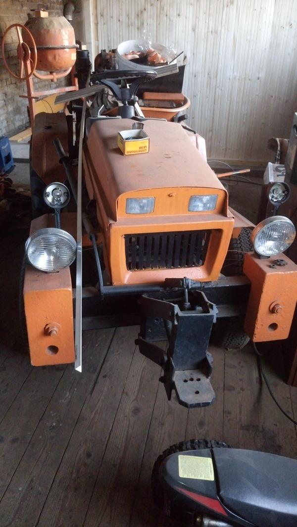 kleiner traktor mit schneeschild zu verkaufen in zahna. Black Bedroom Furniture Sets. Home Design Ideas