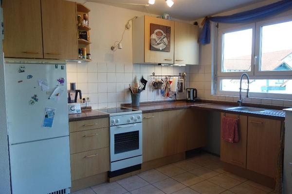 Küchenzeile mit Ceranfeld, Backofen und großem Kühlschrank