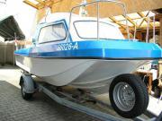 Motorboot mit Kajüte