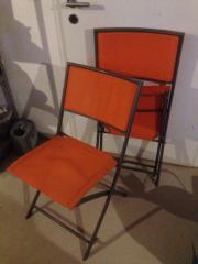 orangefarbene Gartenstühle