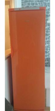 orangener Kühlschrank von