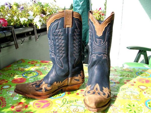Die Kollektionen umfassen sowohl Cowboy- und Westernstiefel wie auch Stiefel  und Stiefeletten, die sich am Stil des Wilden Westens Amerikas orientieren. 9fb373a81f