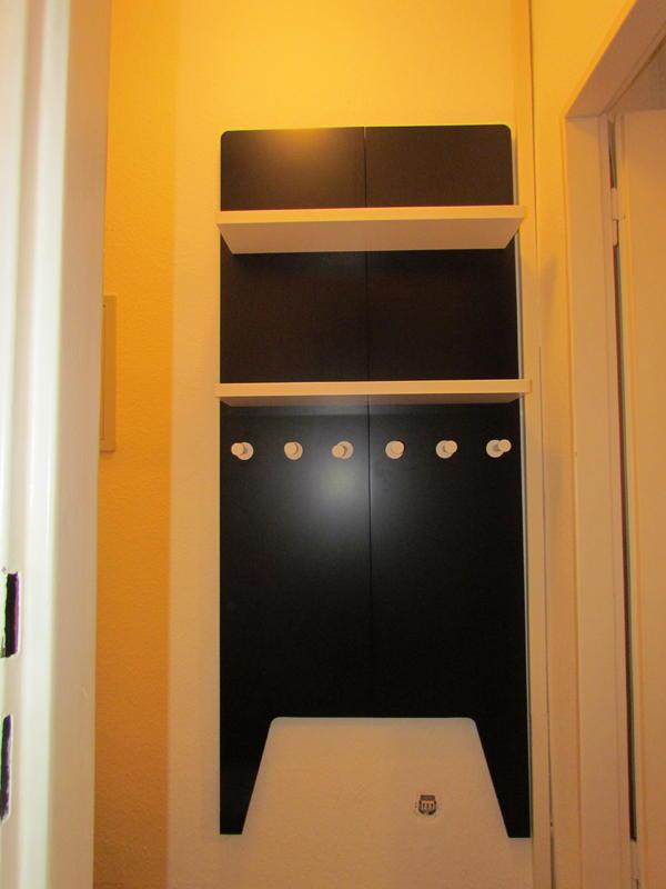 sch ne garderobe zum h ngen wandregal jackenst nder in schwarz und wei in frankfurt. Black Bedroom Furniture Sets. Home Design Ideas