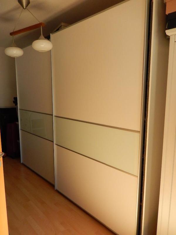 verkaufe hier einen sehr sch nen gut erhaltenen kleiderschrank wurde vor ca 5 jahren bei. Black Bedroom Furniture Sets. Home Design Ideas