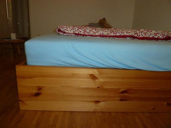 aufgrund eines umzugs verkaufe ich mein gut erhaltenes schlichtes naturbelassenes holzbett mit. Black Bedroom Furniture Sets. Home Design Ideas