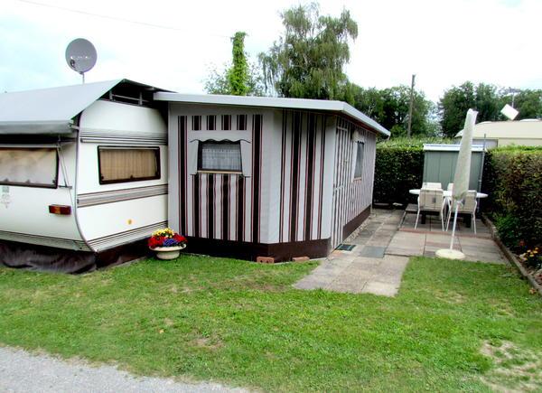 wohnwagen mit anbau auf idyllischem campingplatz in malsch. Black Bedroom Furniture Sets. Home Design Ideas