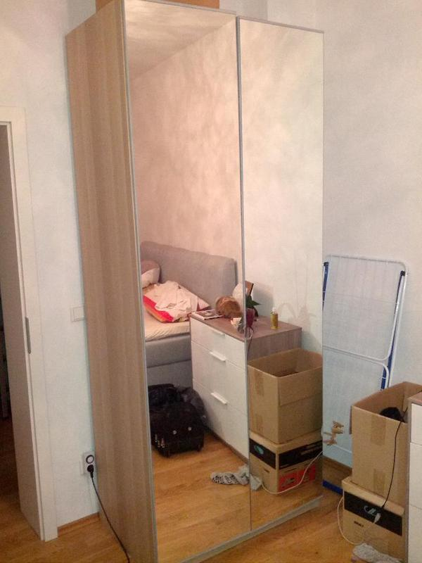 zeitloser kleiderschrank mit praktischen spiegel t ren ma e h he ca 236 cm tiefe ca 60 cm. Black Bedroom Furniture Sets. Home Design Ideas