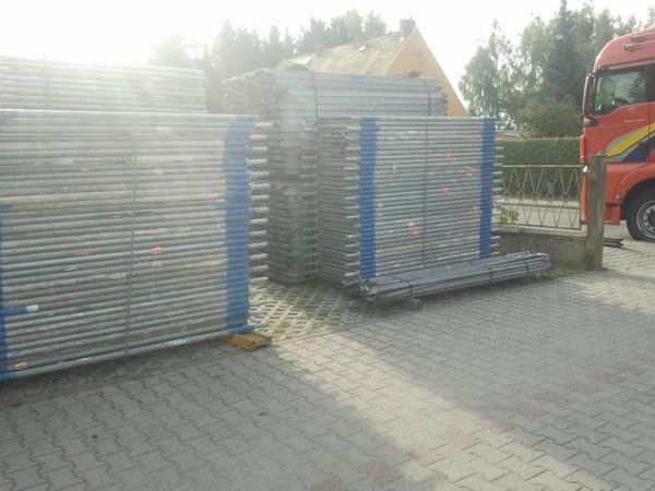 162 m² gebrauchtes Gerüst Layher Blitz. Gerüst. Baugerüst - Markranstädt - 162 m² gebrauchtes Gerüst Layher Blitz 70/kompatibel zu verkaufen. 24,56 m breit x 6,6 m hoch, Stellrahmen Stahl 2,00m x 0,73m 18 St. Stahlboden 3,07m x 0,32m 28St. Geländer Stahl 3,07m 40 St. Doppelstirngeländer 0,73m 4 St. Diagonale  - Markranstädt