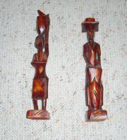 2 stehende Figuren