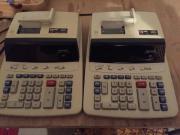2 Tischrechner druckend