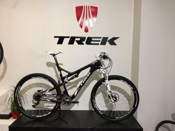 """23 2012 TREK Superfly 100 Pro - Meißen - This is 23"""" 2012 TREK Superfly 100 Pro, used for a couple of rides !!!Everything is original spec even grips, a lot of carbon...Frame - OCLV Mountain Carbon main frame & swingarm, Carbon Armor, ABP Convert, Flow Mold Carbon swing link, G2 Geomet - Meißen"""