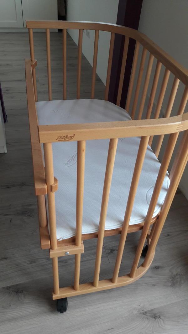 Babybay Beistellbett - Böbingen - Original Babybay Beistellbett inkl. Babybay Matratze und Rausfallschutz sowie 2 Bezüge und ein Nestchen. Das Bett lässt sich stufenlos in der Höhe verstellen und sehr gut erhalten. - Böbingen