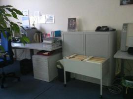 Büromöbel - bequemer Bürostuhl stählerne Schreibtische stabile