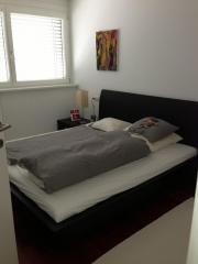 Bett und 2 Nachtkästchen