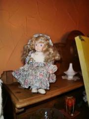 Deko-Puppe mit Porzellankopf -händen und