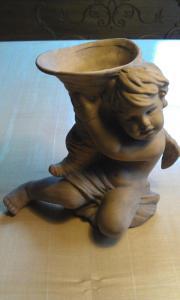 Engelfigur Terracotta mit Horn auf