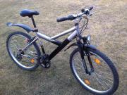 Jungen Fahrrad mit
