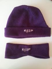 lila Mütze und passendes Stirnband
