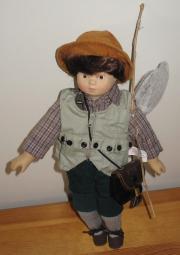 Porzellanpuppe Junge mit Tasche Angel