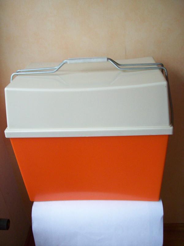 Retro 70er, Kühlbox, Cooler, Eisbox, Isolierbox, Curver, Design, NEU - Groß-gerau - Retro 70er, Kühlbox, Cooler, Eisbox, Isolierbox, Curver, Design, NEUGroße Kühlbox von Curver, sehr guter Zustand.Retro aus den 70er Jahren - LiebhaberstückSieht aus, als wäre sie nie benutzt worden, neuwertig.Sehr gut isolierend, dickwa - Groß-gerau