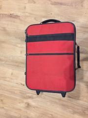 roter Handgepäckkoffer