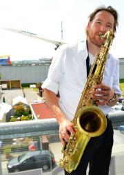 Saxophonist spielt Jazz