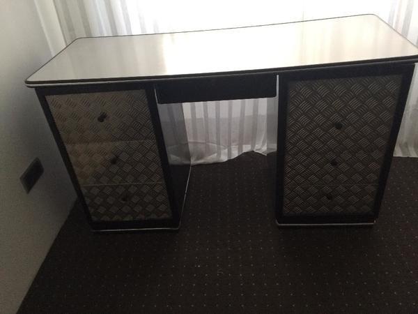 Schreibtisch im Bauhaus Stil mit Aluminiumfronten, schwarz ...