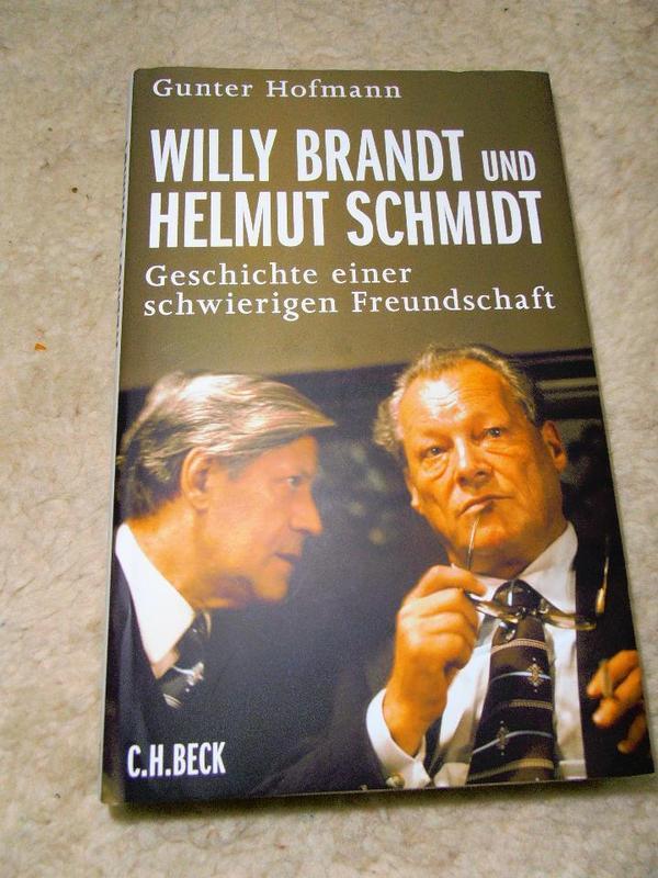 Willy Brandt und Helmut Schmidt von Gunter Hofmann - München Neuhausen-nymphenburg - Willy Brandt und Helmut Schmidt Geschichte einer schwierigen Freundschaft. Sie hätten gegensätzlicher nicht sein können. Doch Brandt und Schmidt fanden einen Grundkonsens, der erst im hochdramatischen Streit um die »Na - München Neuhausen-nymphenburg