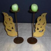 Zwei Kerzenständer mit goldfarbenen Engelsflügeln