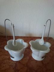 Zwei Porzellanschälchen in Blütenform mit