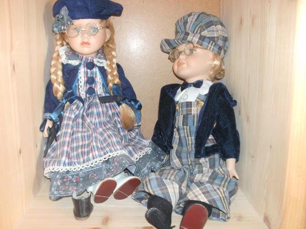 zwei Puppen mit Porzellanköpfen